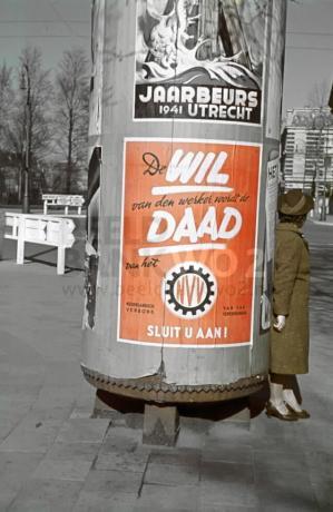 Reclamezuil met propaganda-affiches