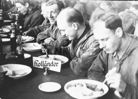 Nederlandsche arbeiders tijdens het middagmaal